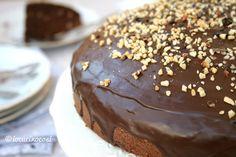 Torta alle nocciole glassata al cioccolato