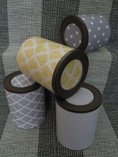 Caixas recicladas em tons cinza e amarelo.