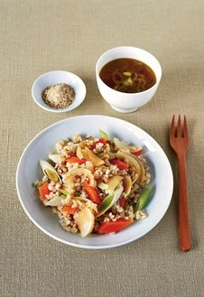 Завтрак по-новомуПища японских монахов, исповедующих дзен-буддизм, по сей день состоит из простого рисового супа «гуэн май», дополненного овощами и тофу. Во времена Будды есть было принято всего два раза в день – утром и днем, в обед. За столом соблюдалась тишина, а прием пищи считался продолжением медитации.