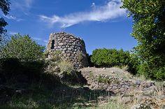 Nuraghe Longu - Padria (SS)  Il nuraghe visto dall'area antistante l'accesso al cortile