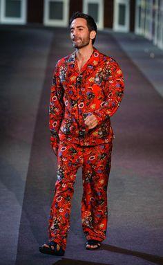Vuitton-RF13-0571  El saludo final de Marc Jacobs con pijama estampado rojo de seda
