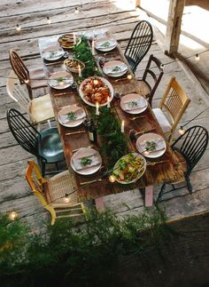 Reclaimed wood table, mismatched chairs, and lovely garland!