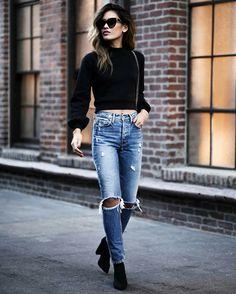 Jill Wallace, blusa de manga preta cropped, calça jeans rasgada no joelho, anlke boot preta