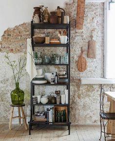 Gezellige keukenkast met accessoires van Loods 5. Styling door @danielleverheul voor Margriet en gefotografeerd door Bart Brussee