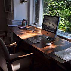 Live edge wood desktop - melds the modern world with nature's beauty Live Edge Table, Live Edge Wood, Study Office, Wood Slab, Edge Design, Craftsman, Desktop, Notebook, Interior