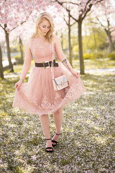 Outfit Inspiration - Rosa Spitzenkleid kombiniert mit Gürtel, schwarzen Sandalen und Retro Tasche - Schau jetzt den Look auf CHRISTINA KEY an - dem Fashion, Fotografie, Blogger Tipps, Food und Lifestyle Blog aus Berlin