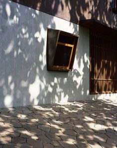 Image 40 of 50 from gallery of Copper House II / Studio Mumbai. Photograph by Studio Mumbai Tropical Architecture, Indian Architecture, Vernacular Architecture, Space Architecture, Architecture Details, Estudio Mumbai, Copper House, India House, Zen House