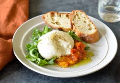 burrata with tomato peach jam Maryland Crab Cakes, Appetizer Recipes, Appetizers, Tomato Jam, Peach Jam, How To Make Jam, Grilled Meat, Light Recipes, Vegetarian