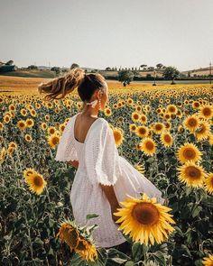 Must find a beach location near a sunflower field (or some other brightly-colored wildflower). Sunflower Field Pictures, Sunflower Pics, Pictures With Sunflowers, Sunflower Field Photography, Kreative Portraits, Shotting Photo, Sunflower Fields, Sunflower Garden, Insta Photo Ideas