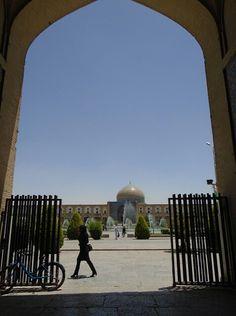 Naghshe Jahan Square ● Isfahan ● Iran ● Photo by Pedro Gonçalves ● @goncalves0022