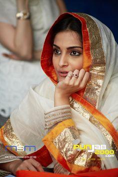 Bollywood Actress Sonam Kapoor listening intenstely to Shabad Gurbani at the Sri Guru Singh Sabha Gurudwara Sahib in Southall Sonam Kapoor, Indian Suits, Indian Attire, Indian Wear, Hollywood Heroines, Hollywood Actresses, Pakistani Dresses, Indian Dresses, Embroidery Suits