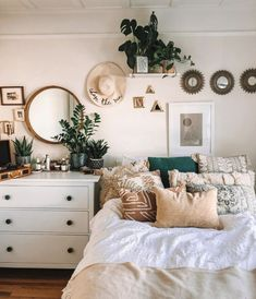 Are you looking for boho bedroom decor ideas? It's time you start working on that bedroom makeover you've been putting off! These 10 bohemian bedroom decor ideas are perfect! Check the best boho bedrooms to get inspired and start creating your own. Bohemian Bedroom Decor, Boho Room, Boho Decor, Green Bedroom Decor, Bohemian Dorm, Simple Bedroom Decor, Bohemian Homes, Surf Decor, Bohemian Style Bedrooms