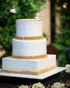 "1,127 Likes, 11 Comments - 黒沢 祐子 Yuko Kurosawa (@yukowedding) on Instagram: ""・ 昨日のwedding cake テーマカラーのブラック×ゴールドの ゴールドをなぞって ・ @palacehoteltokyo の2017年からの original cake…"""