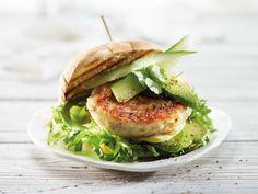 Grov fiskeburger med avokado Salmon Burgers, Tapas, Chili, Snacks, Ethnic Recipes, Food, Cilantro, Chili Powder, Chilis