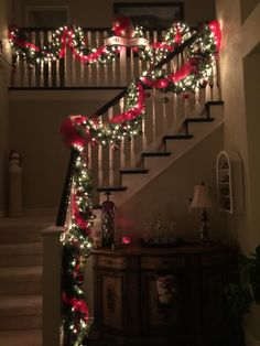 Christmas is coming, how is your home decorated? What I want to remind you is: Don't forget the Christmas staircase decoration. We have provided you with 30 best Christmas staircase decoration ideas, please enjoy! Christmas Mood, Christmas Lights, Christmas Crafts, Christmas Stairs Decorations, Tree Decorations, Christmas Interiors, Christmas Aesthetic, Halloween, Winter