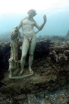The Sunken City of Baia, Italy. It was a Roman seaside resort on the Bay of Naples.Baiae was even more popular than Pompeii, Herculaneum, and Capri. Ancient Ruins, Ancient Rome, Ancient History, Underwater Ruins, Underwater World, History Channel, Sunken City, Pompeii And Herculaneum, Pompeii Italy