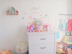 Un bon mix de tons pastel, de vintage, de moderne et une bonne dose d'accessoires pour une chambre de petite fille.