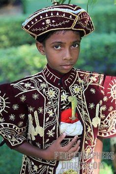 A boy from Sri-lanka in traditional costume🌹 Sri Lanka, We Are The World, People Around The World, Beautiful Children, Beautiful People, International Clothing, Ethnic Dress, Portraits, Little People