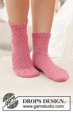Knitted socks in DROPS Nord. Piece is knitted top down with simple lace pattern. Size 35 to 43 = 5 to 10 Lace Knitting Patterns Springtide Dance / DROPS - Free knitting patterns by DROPS Design Drops Design, Knitting Gauge, Knitting Socks, Free Knitting, Lace Knitting Patterns, Lace Patterns, Knitted Socks Free Pattern, Laine Drops, Crochet Design