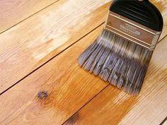 barnizando un mueble