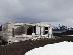 14 - La isla Decepción pertenece al archipiélago de las Shetland del sur, en la costa antártica. Se formó a partir de la caldera de un volcán extinguido y ofrece uno de los puertos más seguros de la Antártida. Varias estaciones científicas operan en la isla, entre ellas la española Gabriel de Castilla.