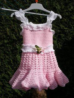 Entièrement réalisée au crochet, cette petite robe est de taille 12 mois Matériaux utilisés: Coton Cette petite robe est réalisée entièrement au crochet , carrure 46.5 cm, Tour de taille 46 cm, tour de hanche 50 cm, carrure 18 cm , tour de tête 46 cm...