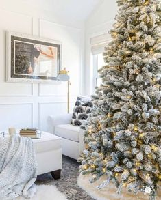 16 Christmas Tree Themes and Christmas Decoration Color Ideas Christmas Bedroom, Shabby Chic Christmas, Christmas Home, Christmas Lights, Christmas Design, Christmas 2019, French Christmas, Cottage Christmas, Christmas Stuff