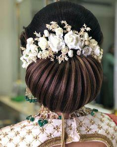 Flowers in hair for wedding braid 24 Ideas Bridal Hairstyle Indian Wedding, Bridal Hair Buns, Diy Wedding Hair, Bridal Hairdo, Wedding Braids, Indian Wedding Hairstyles, Bride Hairstyles, Trendy Hairstyles, Trendy Wedding