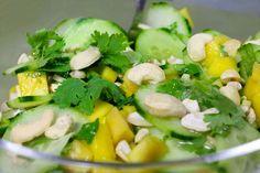 Gurke-Mango-Salat mit Cashewnüssen und Koriander - KOHLENHYD-ART