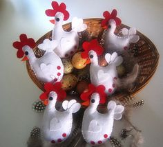 ♥♥♥ Cócócócóóóóó ... by sweetfelt \ ideias em feltro Felt Christmas, Christmas Ornaments, Crafts To Make, Diy Crafts, Felt Crafts Patterns, Chicken Art, Chickens And Roosters, Hens And Chicks, Felt Fabric