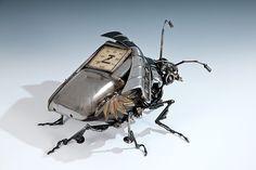 James Corbett est un artiste Australien qui crée des sculptures à partir de pièces détachées automobiles qu'il récupère au compte-gouttes. Ce sculpteur imagine des œuvres originales, uniques en leur genre, et donne une seconde vie à ce qui fut autrefois un morceau inerte de voiture. Nous vous proposons de (re)découvrir 26 de ses surprenantes créations. Un samedi après-midi pluvieux, James Corbett qui travaillait alors dans une casse décide de dépoussiérer quelques idées trop longtemps…