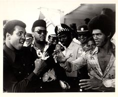 Re-running this pic: Muhammad Ali and Jim Kelly. Somewhere Jim Kelly and Bruce Lee are sparring and laughing. Muhammad Ali Boxing, Jim Kelly, Float Like A Butterfly, Boxing Champions, Martial Artists, Sports Figures, Sports Stars, American Comics, African American History