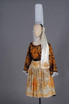 Costume de Plonéour-Lanvern (1946) Costume de mariage confectionné par M. Roussel, tailleur, et père de la mariée ; les broderies ont été réalisées au château de Kerazan à Loctudy.