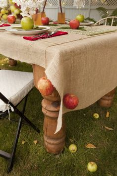 APPLES as tablecloth weights ~ especially nice for a fall picnic party, when the air is breezy and apples are seasonal and festive. Love the idea of burlap tablecloth :) love Tablecloth Weights, Burlap Tablecloth, Tablecloth Ideas, Tablecloths, Harvest Party, Fall Harvest, Fall Picnic, Beach Picnic, Table Design