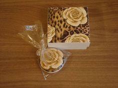Caixa em MDF, decorada com a técnica de pátina. Acompanha sabonete (Natura-macadâmia) decorado com o mesmo motivo da caixa. R$ 16,00