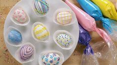 The Easiest-Ever Easter Egg Oreo Truffles Remember going on Easter egg hunts as a kid? Well, we've taken that to a whole new level with these truffles made with Oreos and decorated like Easter eggs! Chocolate Candy Melts, Melting White Chocolate, Chocolate Covered Oreos, Oreo Truffles Recipe, Truffle Recipe, Recipe Recipe, Golden Birthday Cakes, Popsugar Food, Easter Treats