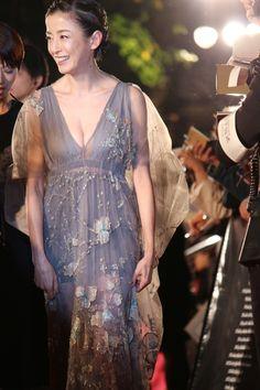 【写真を見る】胸元が開いたセクシーなドレスで登場した宮沢りえ