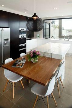 cuisine moderne, chaises blanches scandinaves, ilot central dans la cuisine, plafonnier noir, cuisine à lignes épurées