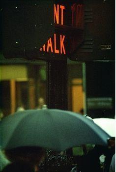 ソール・ライター 《Don't Walk(赤信号)》 1952年 発色現像方式印画 ソール・ライター財団蔵 ⒸSaul Leiter Estate