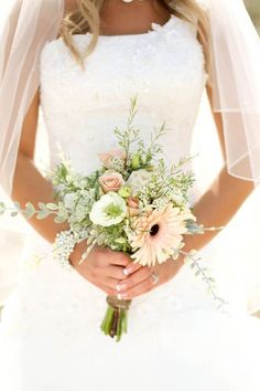 Small wedding bouquets for spring summer weddings / http://www.himisspuff.com/posy-small-wedding-bouquets/7/