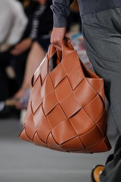 Loewe Taschen – Herrenbekleidung SS 2020 – Paris - My Bag Ideas Fashion Handbags, Purses And Handbags, Fashion Bags, Coco Chanel, Leather Backpack, Leather Bag, Loewe Bag, Pin Up, Leather