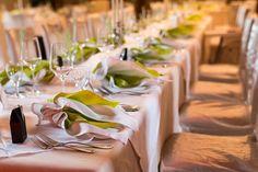 Blick auf die eingedeckte Hochzeitstafel