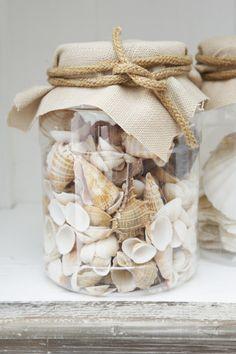 Leuk om zelf te maken: glazen pot, schelpen, lapje stof en ruw touw