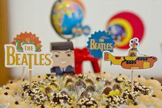 Tema: Beatles - Quem é fã de Paul, John, Ringo e George vai adorar as fotos do aniversário de 6 anos do Guilherme, produzido pela Poá. Cores vibrantes e referências pop criaram uma atmosfera psicodélica e vibrante. Confira!