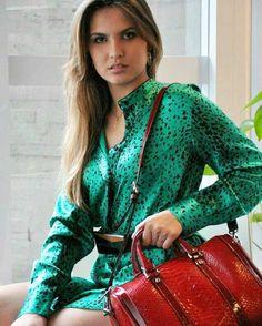 A combinação de verde e vermelho parece cores de natal? Deixamos essa ideia bonita com vestido verde e bolsa vermelha. Seja ousada e crie looks irreverentes e divertidos conosco. Venha! http://ift.tt/29Ss7Qh #moda #campinas #grife #modabrasileira