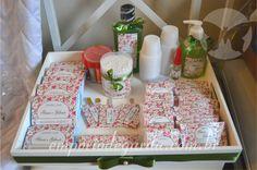 Kit toilete: bandeja com kit para banheiro personalizado: listerine, engov, sonrisal, band aid, desodorante, kit costura e muito mais!! Uma ideia muito legal que não pode faltar no seu casamento!!!