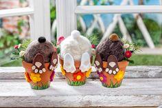 Deko für die Osterzeit: Kopfüber hängen diese Häschen in kleinen Terrakotta-Töpfen. Styropor-Eier werden mit Märchenwolle befilzt, Pfoten und Blumen aus farbigen Filzplatten ausgeschnitten und aufgeklebt.