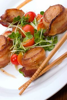 There are various ways to make a bacon-wrapped scallops recipe, and some recipes will tell you to add ginger, shallots, or other ingredients to the scallops, before wrapping the bacon around them. In the following recipe though, we are going to keep things simple, using only the scallops and bacon to create a mouthwatering appetizer or snack.