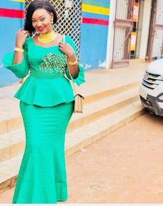 ami #Bamako #malianwomenarebeautiful #maliansarebeautiful #maliansareelegant #dimancheabamako #mussoro #malianwedding #bazinriche #malianbride #lesmaliennesontbelles #lesafricainessontbelles #brodé #brocade #teinture #gala #waxoutfits #ankara #dalifini African Fashion Ankara, Latest African Fashion Dresses, African Dresses For Women, African Print Fashion, Africa Fashion, African Attire, African Lace Styles, African Blouses, African Traditional Dresses