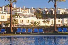 Golfa på den Spanska solkusten!  Den 20 mil långa spanska solkusten är en klassisk golfdestination här hittar man allt koncentrerat, golfbanorna, hotellen, städer och nöjen. Det är en klassisk destination som lockar många svenska golfturister, speciellt under vintersäsongen för att byta ut snö och kyla mot ett flödande solsken!
